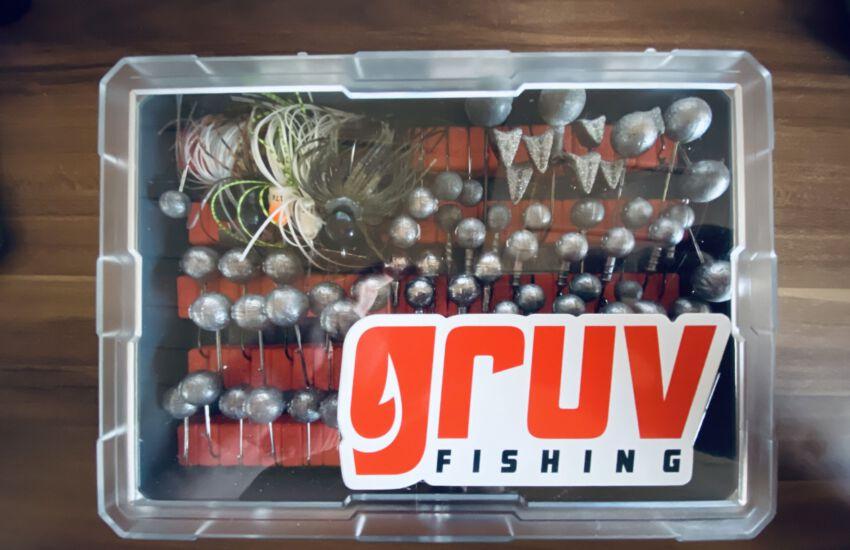 Gruv Fishing Big Jig Box gefüllt mit Skirtet Gigs und Jigköpfen